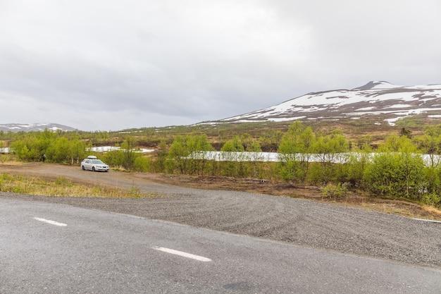 Carro estacionado nas montanhas da suécia. paisagem montanhosa de verão. na fronteira com a noruega.