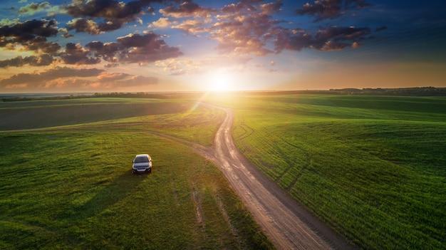 Carro, ligado, um, estrada sujeira, em, um, campo girassóis, e, trigo, com, luz solar