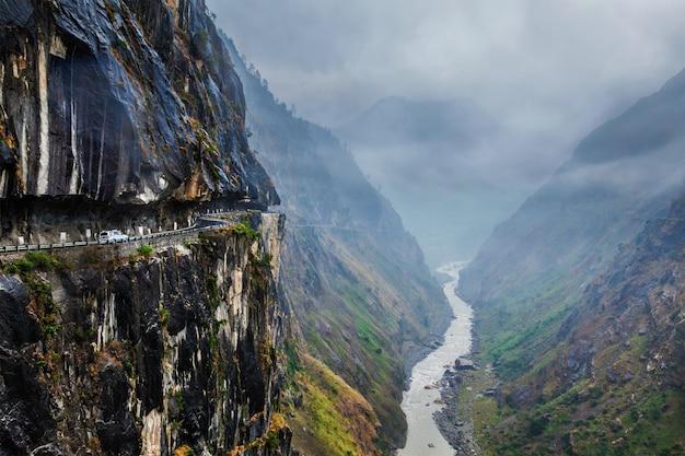 Carro na estrada no himalaia