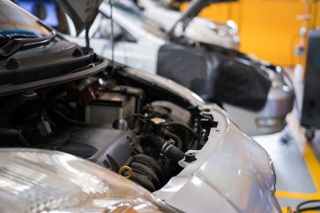 Carro na garagem. manutenção de veículos em serviço de reparo de automóveis.
