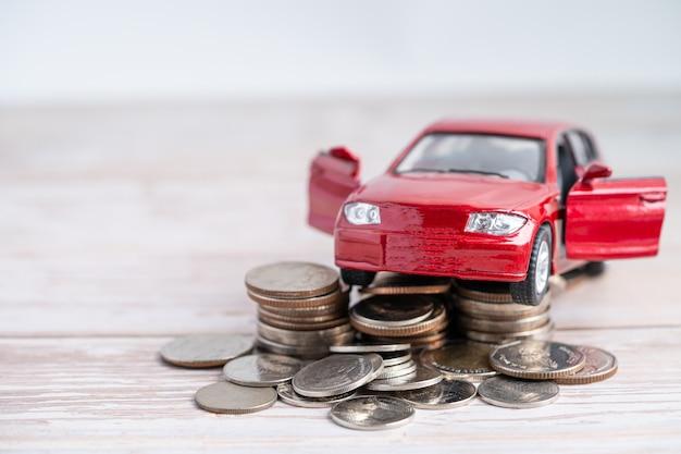 Carro na pilha de moedas. empréstimo de carro, finanças, economia de dinheiro, conceitos de tempo de seguro e leasing.