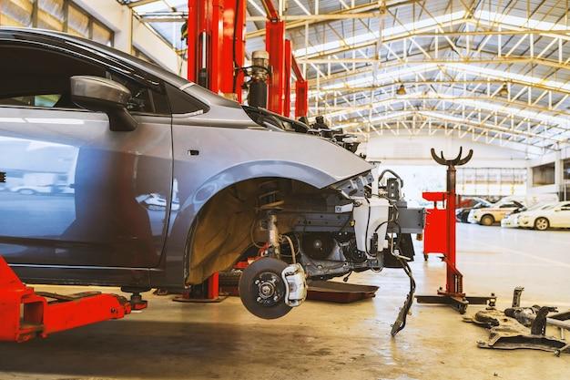 Carro no centro de serviço de conserto de automóveis com foco suave