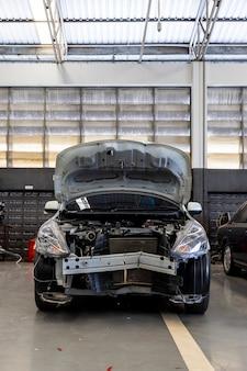 Carro no centro de serviço de conserto de automóveis