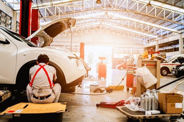 Carro no centro de serviço de reparação automóvel