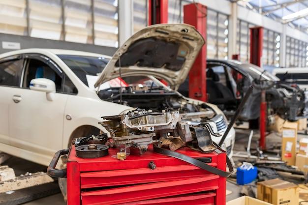 Carro no centro de serviços de reparo de automóveis com foco suave e luz de fundo