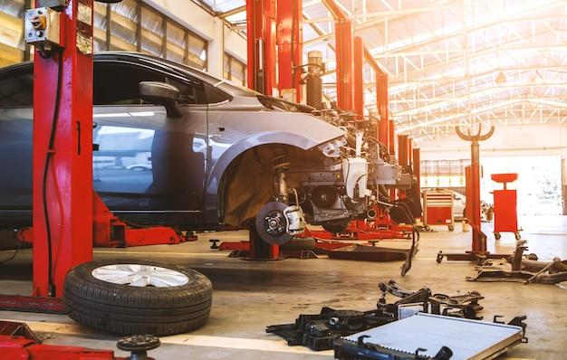 Carro no centro de serviços de reparo de automóveis com foco suave e luz excessiva no