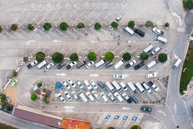 Carro no estacionamento com sinal de seta de tráfego na estrada de concreta