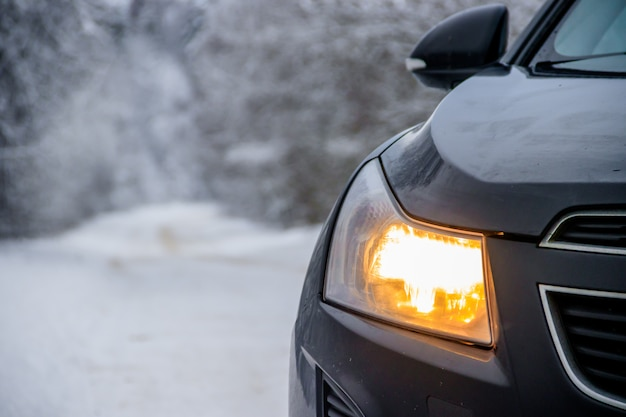 Carro no inverno na estrada