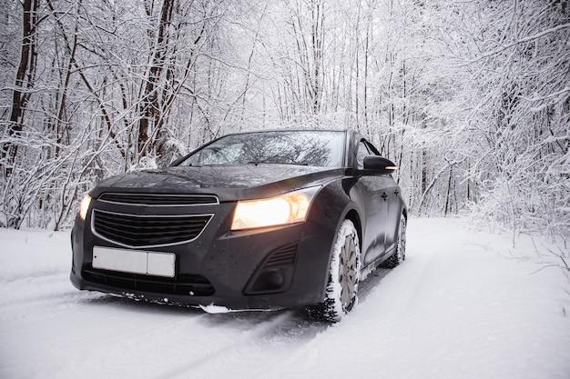 Carro no inverno na natureza fora da cidade. imagem de neve. neve na estrada. estrada de inverno.