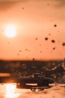 Carro no pôr do sol