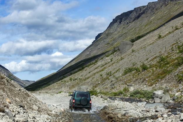 Carro off-road em um rio de montanha