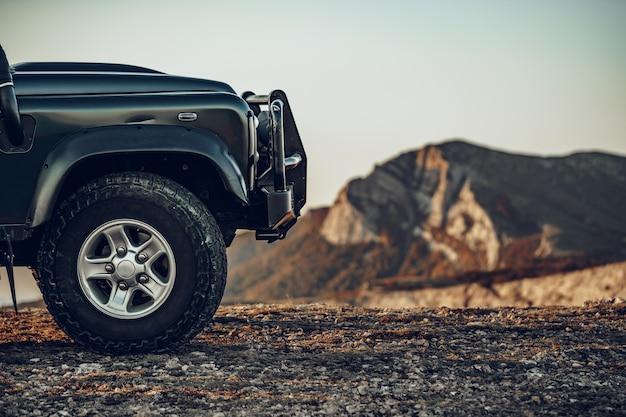 Carro off-road verde escuro nas montanhas