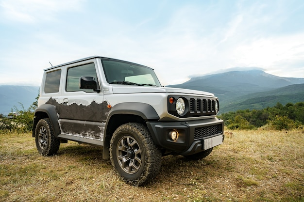 Carro offroad cinza escuro nas montanhas