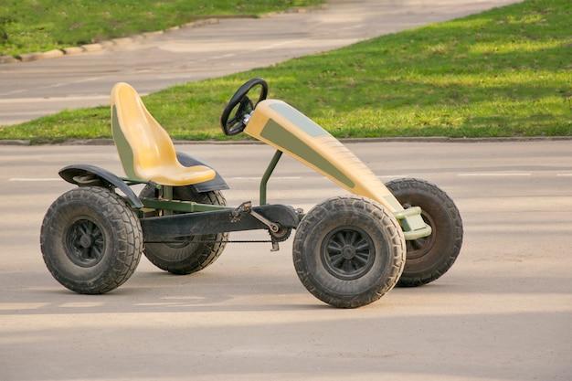 Carro pequeno com par de pedais e corrente nas engrenagens