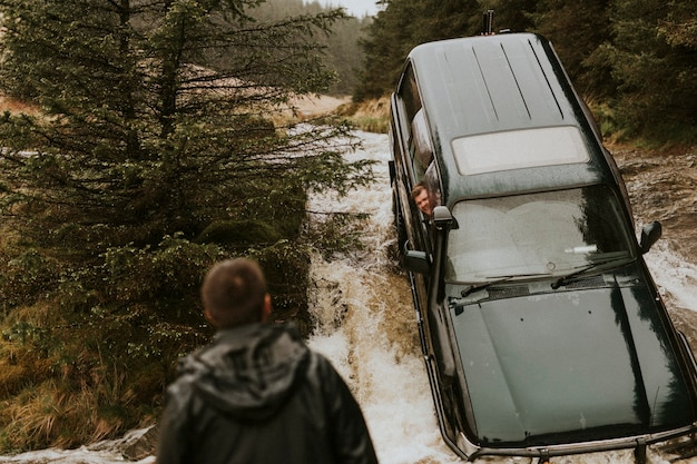 Carro preso em um riacho esperando por resgate