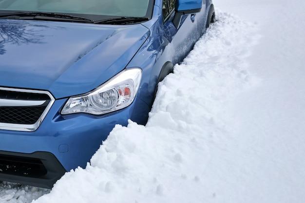 Carro preso na neve em um dia frio de inverno.