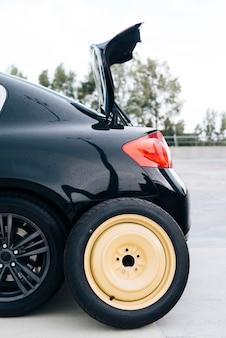 Carro preto com pneu sobressalente