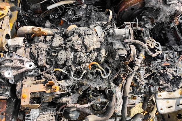 Carro queimado após acidente de incêndio. plástico derretido em um incêndio.