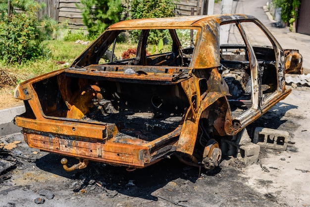 Carro queimado estacionado na rua