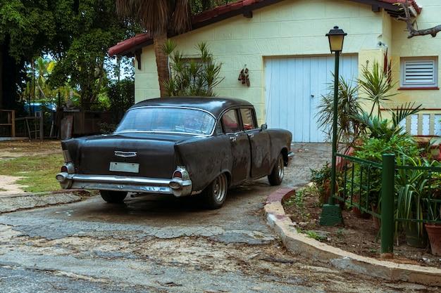 Carro retro americano antigo em cuba