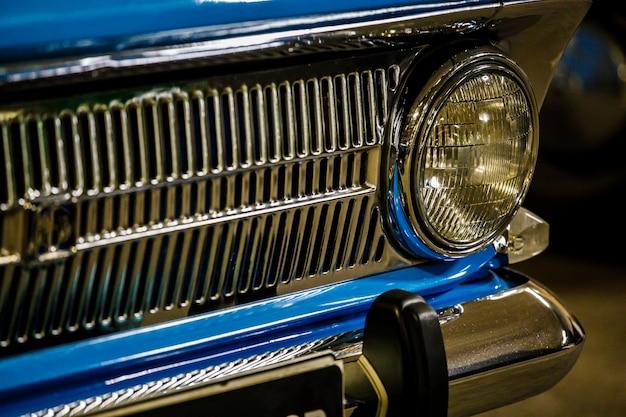 Carro retro azul de perto