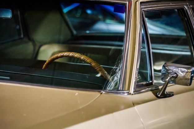 Carro retro leve close-up. vista frontal