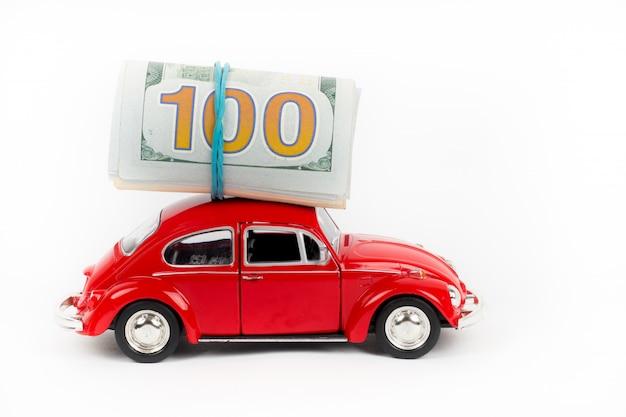 Carro retrô vermelho com notas de dólar