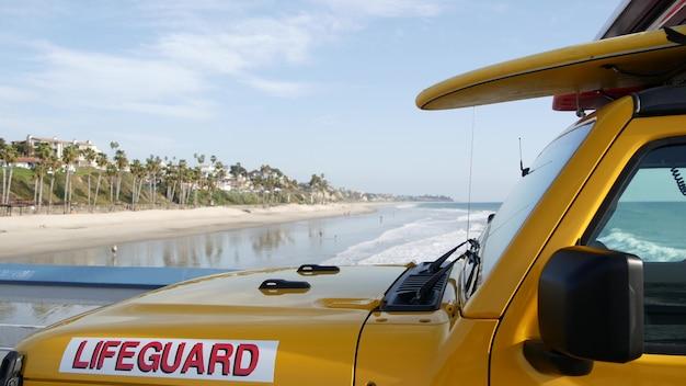Carro salva-vidas amarelo, praia do oceano califórnia eua. caminhão de resgate, veículo salva-vidas.