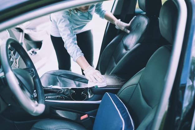 Carro sendo limpo com detergente em spray