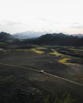 Carro suv dirigindo no campo drone shot