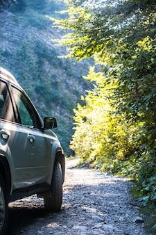 Carro suv na trilha das montanhas no verão