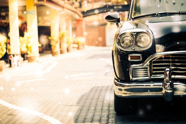 Carro velho em uma rua de paralelepípedos