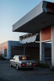 Carro velho estacionado com luzes de fundo acesas