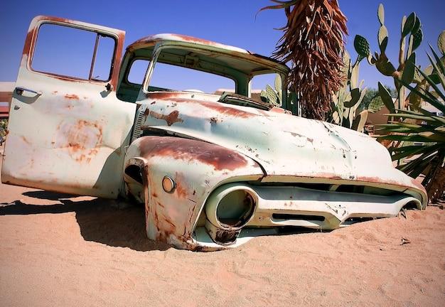 Carro velho na paisagem das areias
