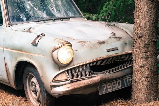 Carro velho no estúdio de cinema