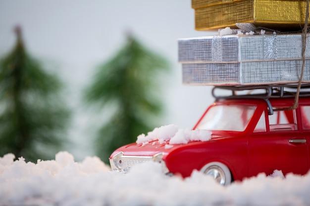 Carro vermelho com os presentes no topo