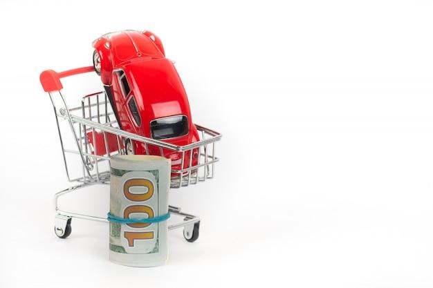 Carro vermelho no carrinho de compras com dinheiro