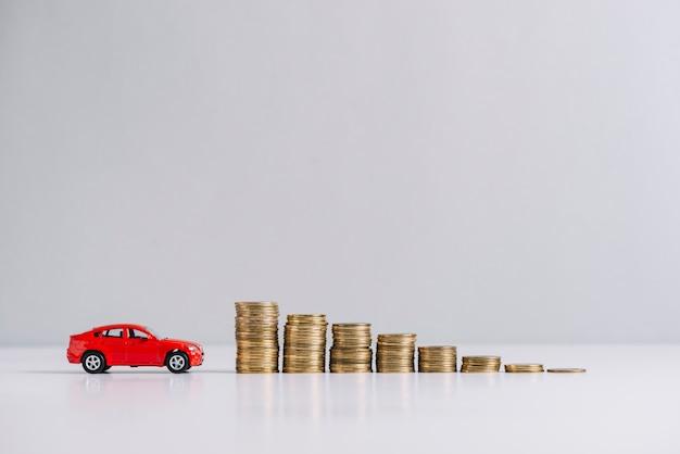 Carro vermelho, perto, diminuindo, empilhado, moedas