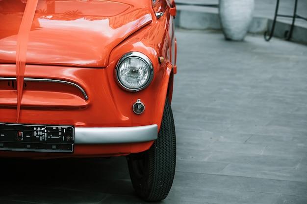 Carro vermelho velho com uma fita