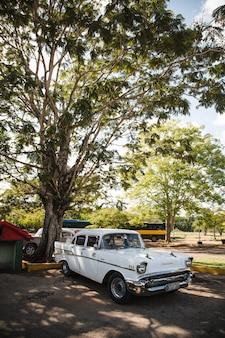 Carro vintage retro clássico na velha havana cuba