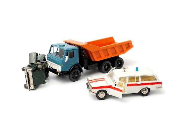 Carros acidentados em um fundo branco e ambulância