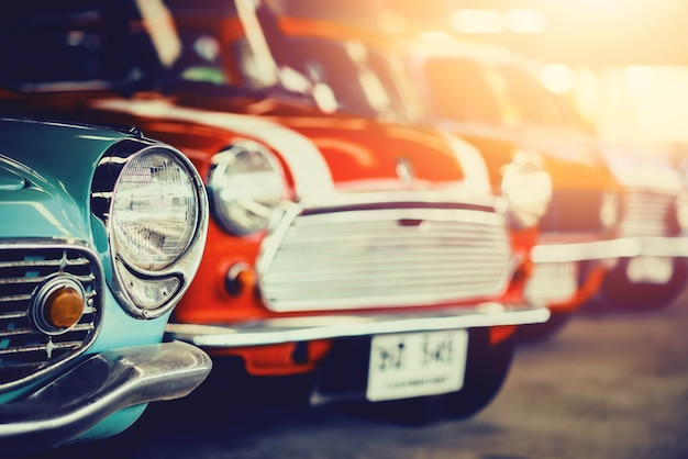 Carros antigos clássicos com coloridos, fotos de estilo retro efeito vintage.