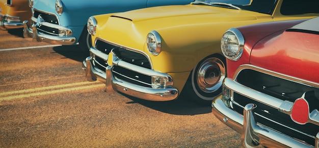 Carros clássicos em uma fileira.