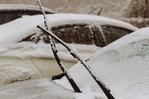 Carros cobertos de neve durante a tempestade de neve
