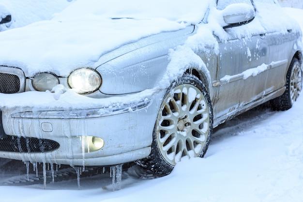 Carros cobertos de neve