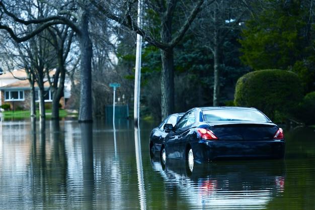Carros compactos inundados