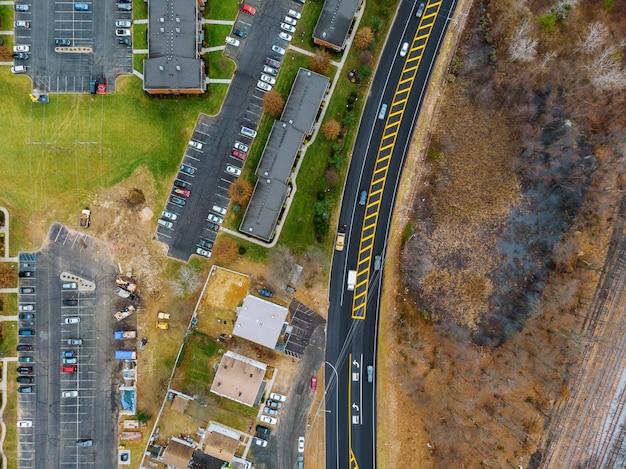 Carros da altura. vista aérea, de, a, estrada, e, árvores, e, casas