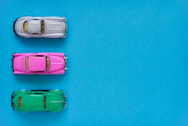 Carros de brinquedo retrô diante. vista superior, copie o espaço. conceito de entrega.