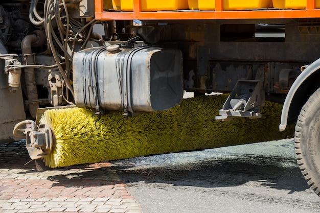 Carros de escova para limpeza de ruas.