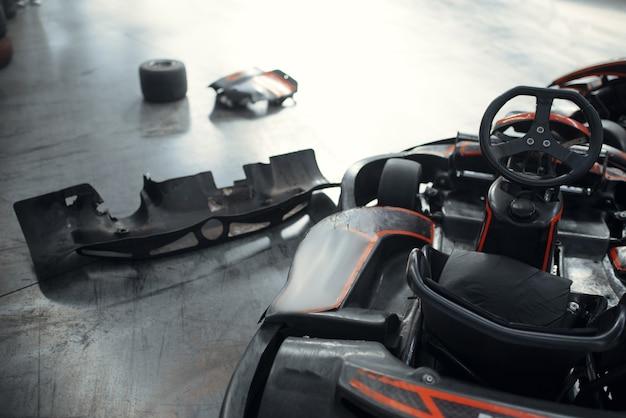 Carros de kart e pneus danificados, acidente, karting
